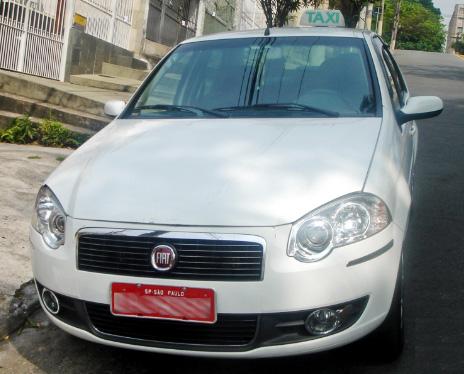 サンパウロのタクシーの色は白