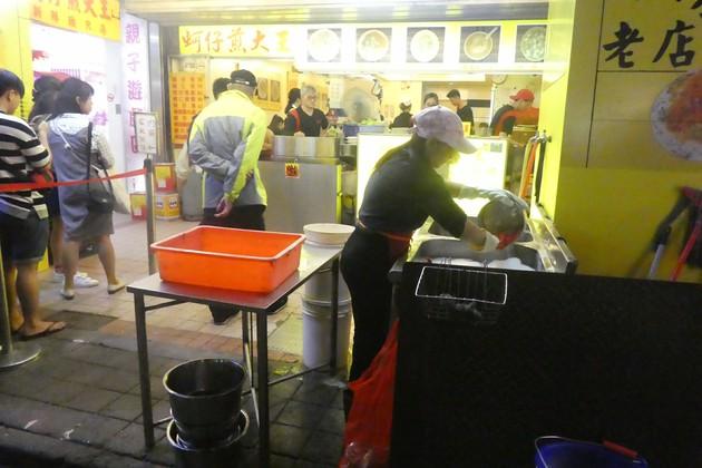 寧夏夜市で大行列の牡蠣オムレツ屋さん【台湾・台北】